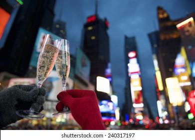 タイムズスクエアニューヨーク市で新年あけましておめでとうございますシャンパントーストカップル