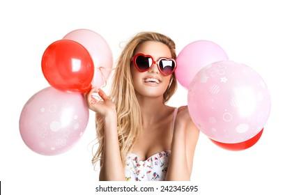 赤ピンクの風船、バレンタインの日、分離を保持しているメガネの若い美しい女性