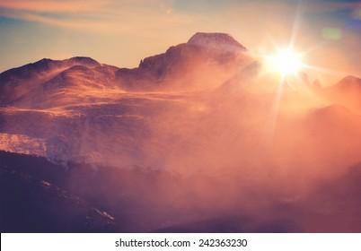 Sonnige Winterberglandschaft mit wehendem Schnee. Colorado Rocky Mountains, Colorado, Vereinigte Staaten.
