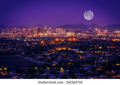Horizonte de Phoenix Arizona en la noche. Luna llena sobre Phoenix, Arizona, Estados Unidos.