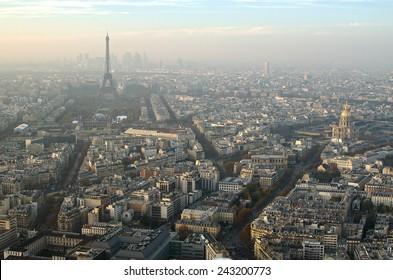 Antena sobre la vista superior de París (Francia) en la niebla. Famosa hermosa Torre Eiffel (tour Eiffel) en el fondo.