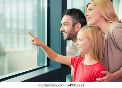 飛行機ですか?窓越しに笑顔で絆を深める3人家族の幸せ