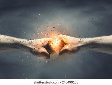 Una mano previene el ataque de puñetazo de la otra mano