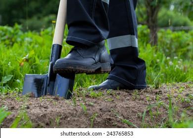 Agricultor cavando un jardín - disparo de primer plano