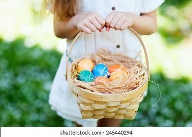 かごの中のカラフルなイースターの卵のクローズアップ