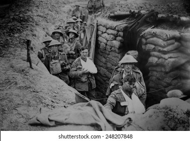 Verbonden Britse soldaten uit de Eerste Wereldoorlog in een loopgraaf op het slagveld, 1915-1918.