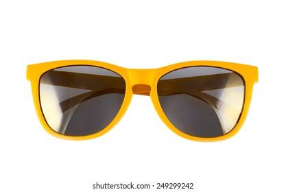 Gafas de sol amarillas aisladas sobre el fondo blanco.