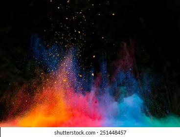 Polvo colorido lanzado, aislado sobre fondo negro