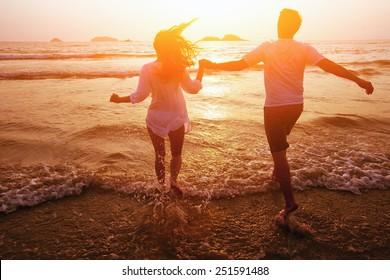 silhouet van paar op het strand, droomvakanties