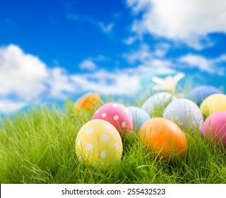 Dekorierte Ostereier im Gras auf Himmelhintergrund