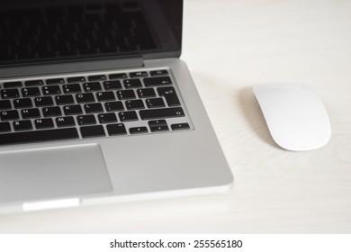 マウスとライトテーブル上のラップトップ