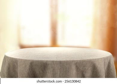 mesa y ventana de luz solar