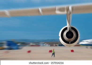 Motor des am Flughafen geparkten Flugzeugs. Nachbearbeitet mit radialem Unschärfe-Zoomeffekt.