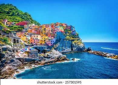 Schönes buntes Stadtbild auf den Bergen über Mittelmeer, Europa, Cinque Terre, traditionelle italienische Architektur