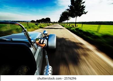 Einen Sportwagen auf einer Straße fahren