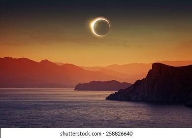 Antecedentes científicos, fenómeno astronómico: eclipse solar total completo, montañas y mar