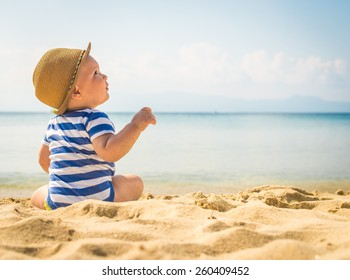 Niñito sentado en la arena