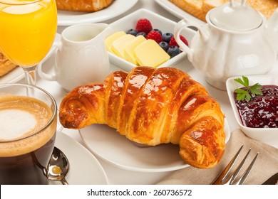 Continentaal ontbijt met croissants, jus d'orange en koffie of thee
