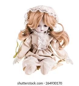 Una hermosa muñeca vintage aislada sobre un fondo blanco.