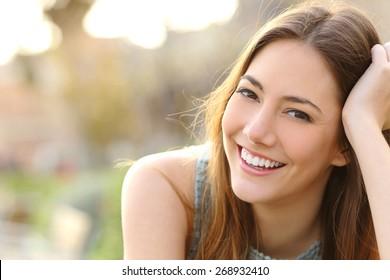 完璧な笑顔と公園で白い歯と笑顔でカメラ目線の女