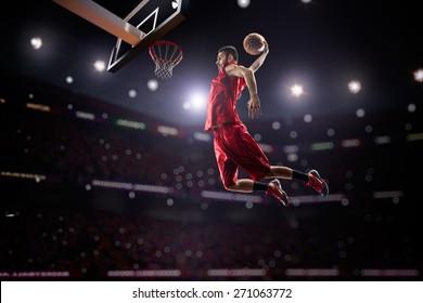 roter Basketballspieler in Aktion im Fitnessstudio