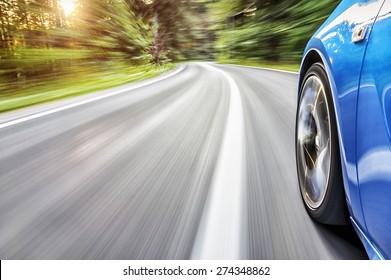 日没時のスポーツカーの運転