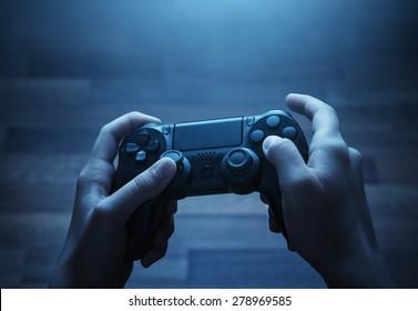 Close up van kind handen spelen van het videospel 's nachts