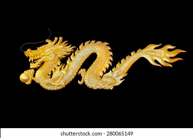 La escultura del dragón dorado de la mosca de madera, símbolo de riqueza y poderosa creencia china aislada sobre fondo negro