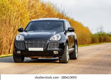秋の時間でバイロードで黒の高級車