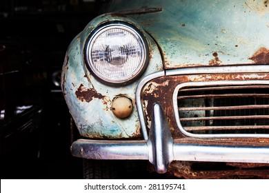 ガレージの古い車のフロントヘッドライトの詳細
