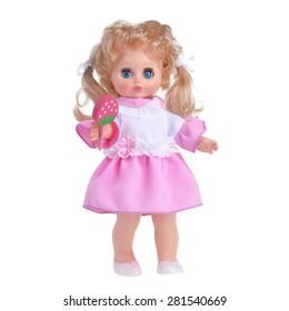 Muñeca en un vestido rosa con un caramelo de fresa aislado sobre fondo blanco.