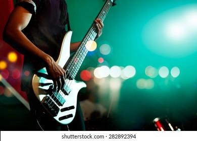 背景、カラフル、ソフトフォーカス、ぼかしのためのステージ上のギタリストベース