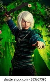 Edler blonder Elf mit einem Schwert in der Hand im Zauberwald. Fantasie. Anime-Stil.