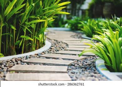 Steegje in tropische tuin, Koh Samui, Thailand