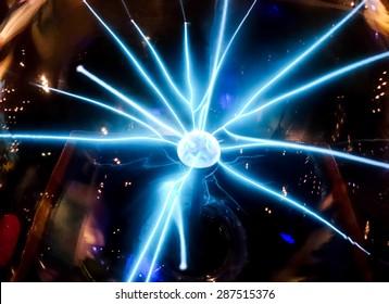 ミドルボールサイエンスの要人から広がる電気の青いビーム