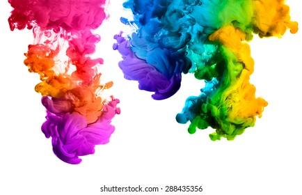 Tinte im Wasser lokalisiert auf weißem Hintergrund. Regenbogen der Farben
