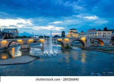Vue sur le pont de pierre du pont Oko à Skopje dans la soirée