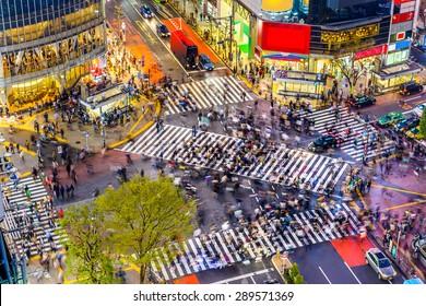 世界で最も忙しい横断歩道の1つである渋谷スクランブル交差点の東京。