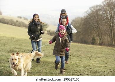 Familie und Hund auf Landspaziergang im Winter