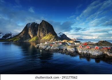 Fischerhütte bei Frühlingssonnenuntergang - Reine, Lofoten Inseln, Norwegen