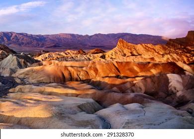 ザブリスキーポイントのカラフルな尾根、米国カリフォルニア州デスバレー国立公園の日の出