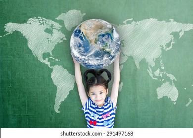 Glückliche asiatische Studentin, die Globus auf Schultafel für Weltkompetenz, internationalen Kindertag und Gleichstellungskonzept anhebt. Elemente dieses Bildes von der NASA eingerichtet