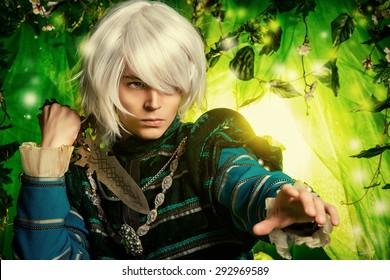 Schöner blonder Elf mit einem Dolch in der Hand im Zauberwald. Fantasie. Anime-Stil.