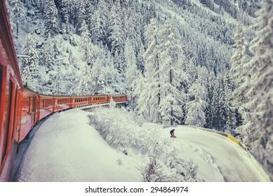 ベルニナスイスの冬の赤い列車。