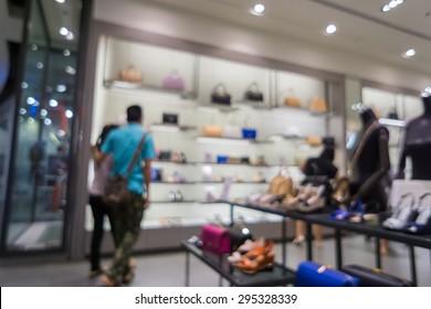 市場の靴屋の抽象的な背景で群衆都市ショッピングのぼかし。