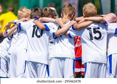 Fußball; Fußball; Handball; Volleyball; Spiel für Kinder. schreien Team, Fußball Fußballspiel. Teamarbeit und Einheit. Pause.