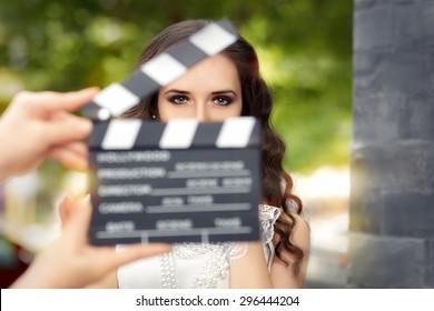 撮影の準備ができているエレガントな女性-新しいシーンを撮影する準備ができている若い女優