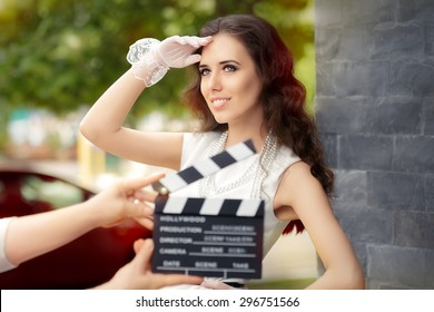 Heureuse femme élégante prête pour un tournage - Jeune actrice prête à filmer une nouvelle scène