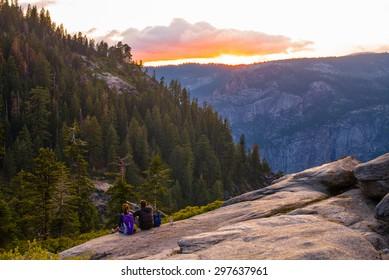 ヨセミテ国立公園-夕日を眺める2人のハイカー