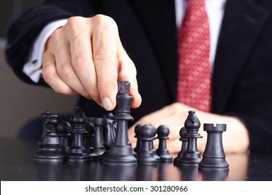 Geschäftsmann, der Schachspiel spielt